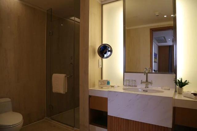 卫生间冲凉房够大,马桶与冲凉房干湿分离.