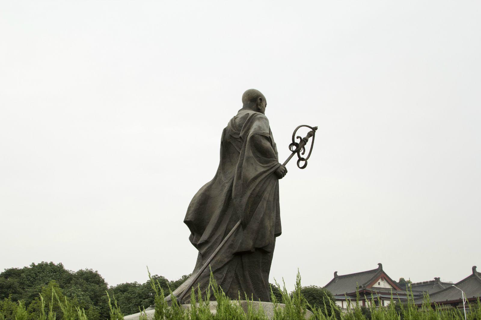 在慈恩寺南广场上的玄奘雕像