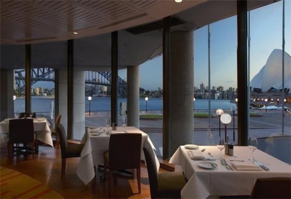坐在餐厅内,可以看到悉尼歌剧院以及悉尼海港大桥.图片