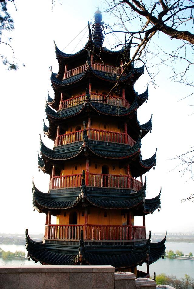慈寿塔高约36米,砖木结构
