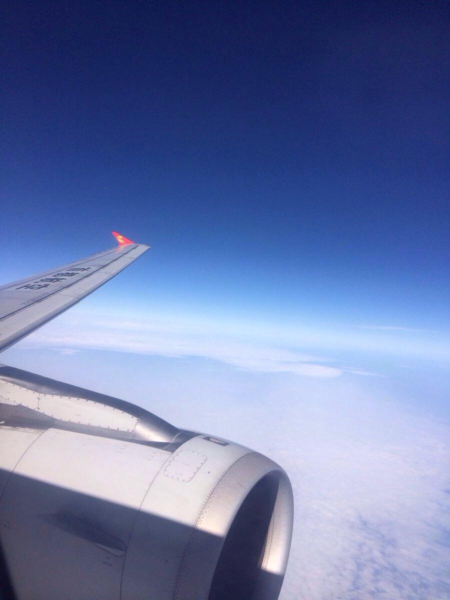 第一次坐飞机,感觉没一会就到咯,不过飞机上的引擎噪音还是有点不习惯