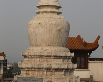 楼外铸铜黄鹤造型,胜像宝塔