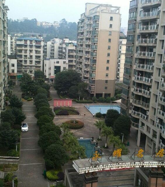 宜昌街景,城市中有山,房子错落有致,很多房子在山上