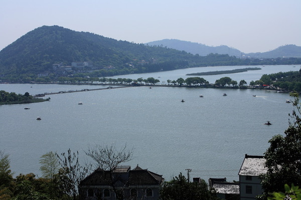 岛的面积约12亩左右,小岛状似蝴蝶.  下午来到海盐县城,到绮园观赏.