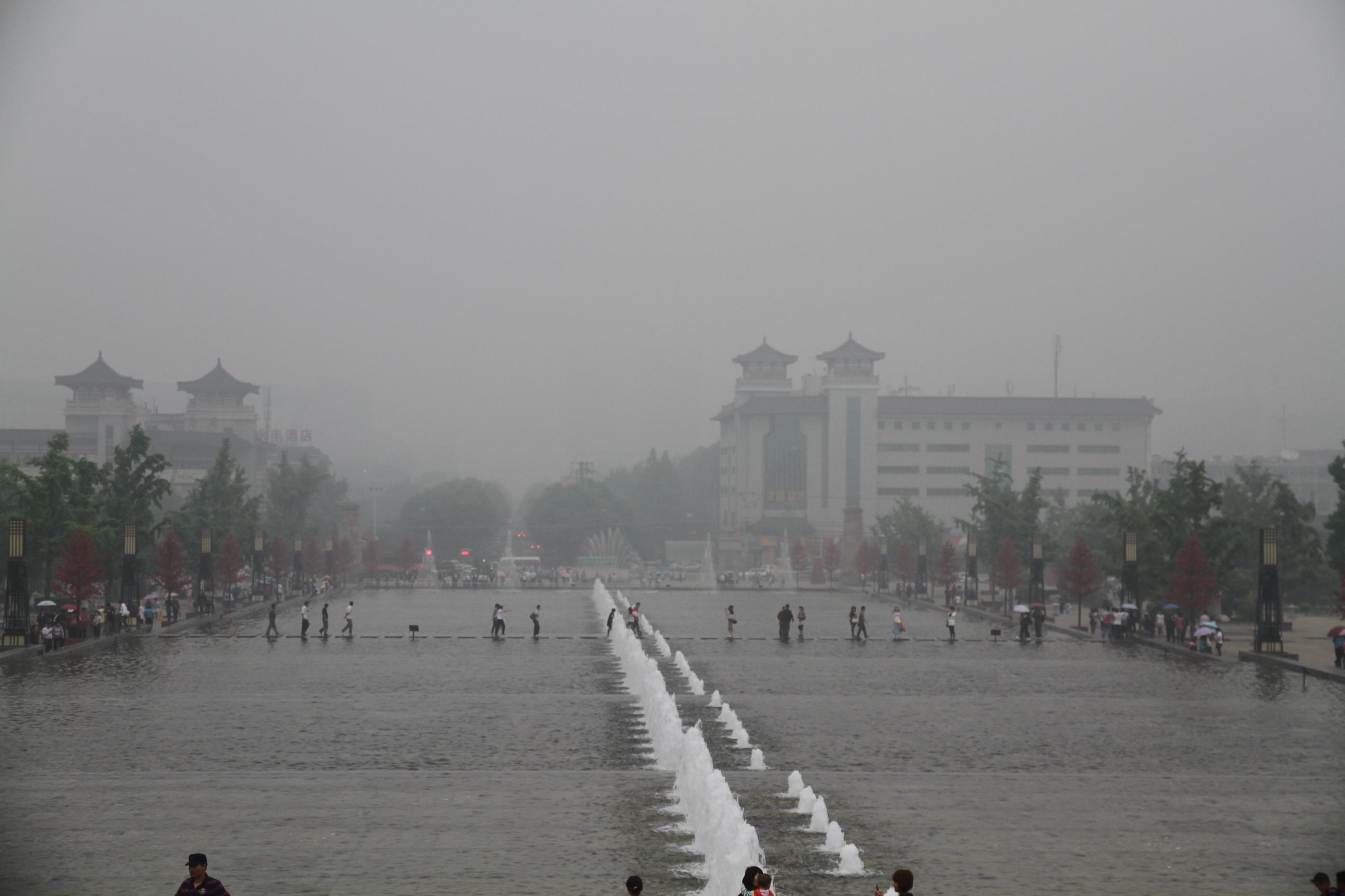 西安大雁塔喷泉位于大雁塔北广场