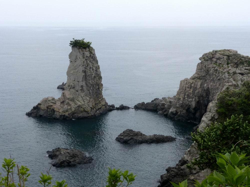 独立岩立于三梅峰前,这里是断崖绝壁,奇岩,岛屿等千奇百态变化丰富