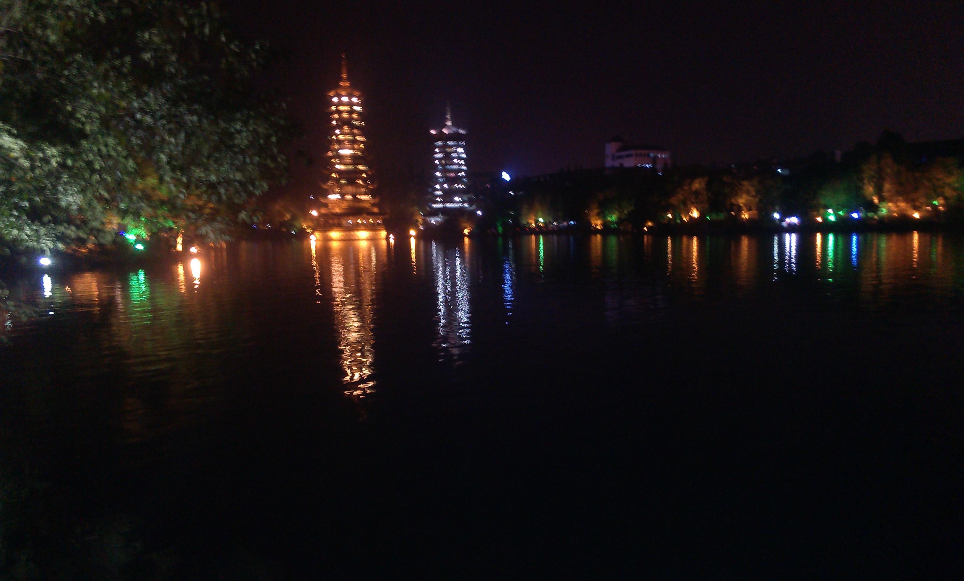 样子应该是照着上海的方塔造的
