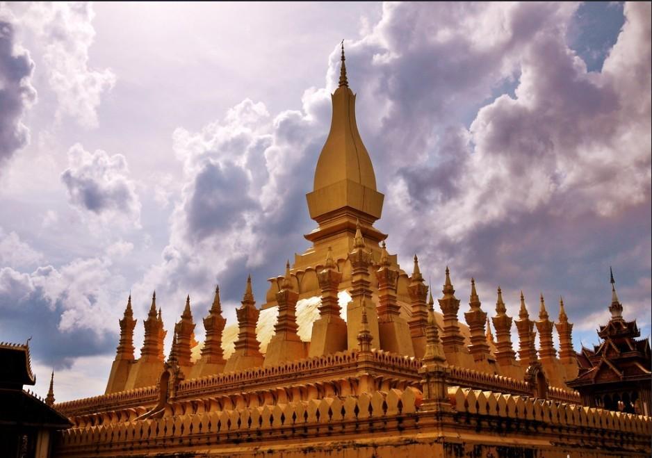 早年法国入侵老挝后,为了炫耀胜利,曾打算按照法国凯旋门的形制在万象市中心修建一座缩小了的纪念碑。只不过这座纪念碑尚未建完,法国军队就因奠边府一役,战败落荒而逃,仅留下一地的痕迹。1975年老挝共产党解放全国,万象市民的庆祝游行队伍曾从这座建筑物的大门通过。为纪念这一历史性事件,特将此建筑物正式命名为凯旋门。 老挝独立后把凯旋门按照老挝风格进行了改建。二十世纪六十年代末,中国政府捐资1000万人民币帮助老挝政府重新修缮了凯旋门和广场,使它成为今天的开放式公园,这也见证着中老两国的友谊。