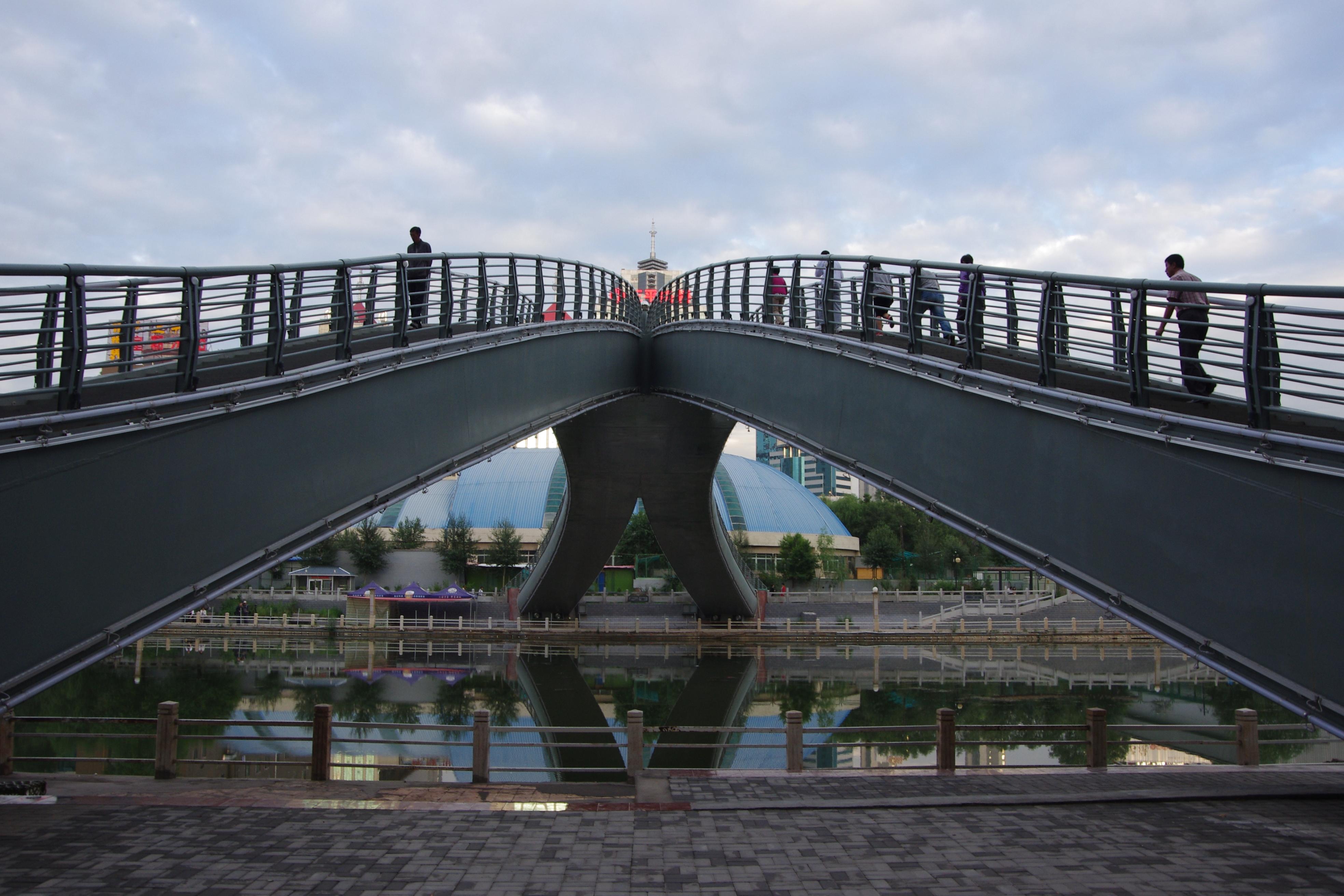 青海西宁,市中心公园跨河大桥