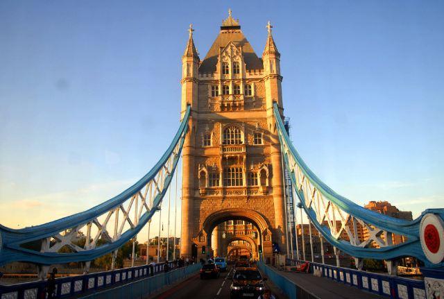 雄伟的伦敦塔桥完工于1894年