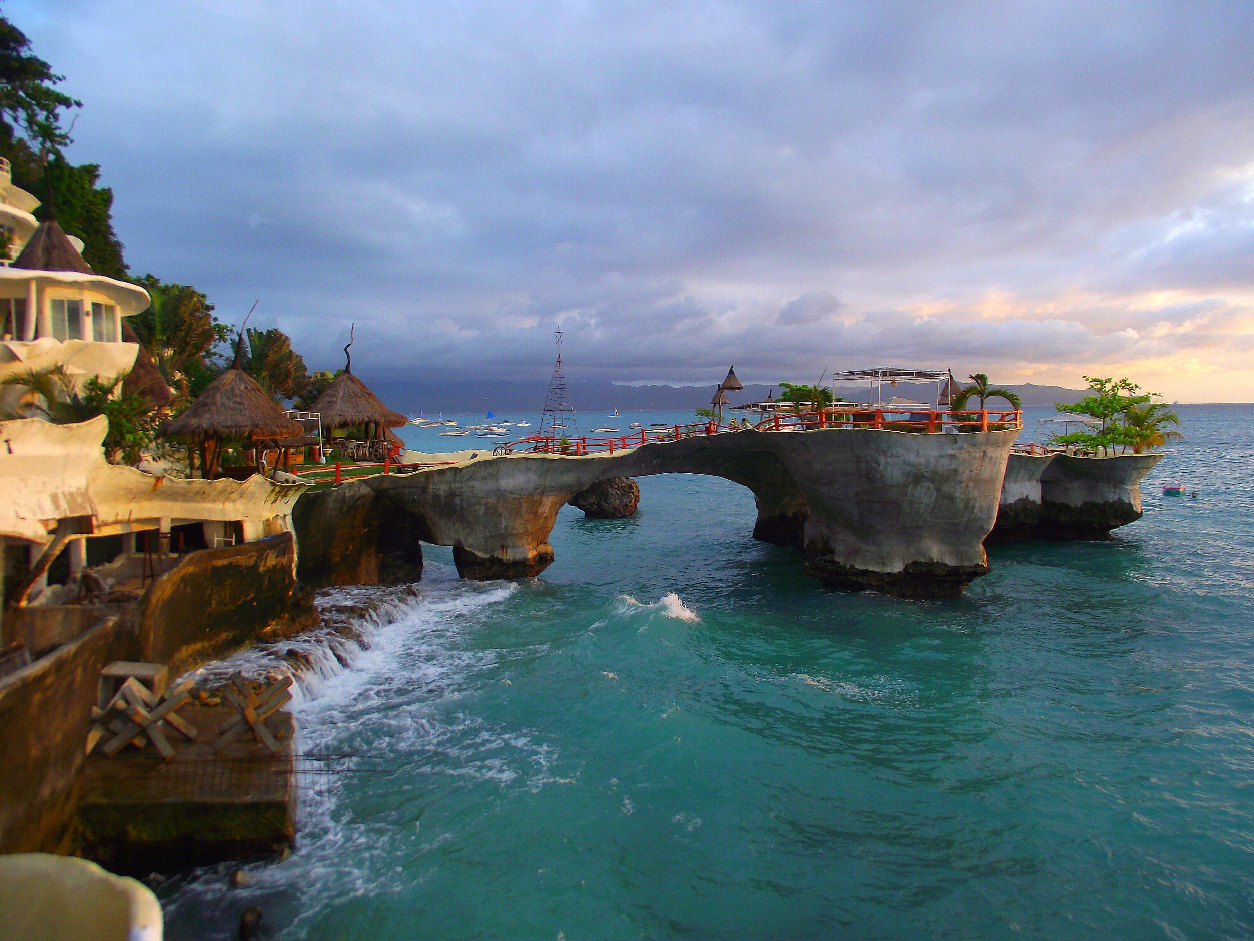 【i旅行】韦金勇:4天4000余元用英文9单词细游菲律宾宿务、薄荷、长滩等9岛6城镇(下篇) 一、简述 2013年11月28日12日1日4天里,我花了4000余元,6次飞行,用英文9个单词,很仔细地游览了菲律宾宿务、薄荷、长滩等9岛6城镇。 6次飞行:上海往返马尼拉、马尼拉往返宿务、马尼拉往返长滩。 9岛6城镇:9岛吕宋岛、麦克坦岛、宿务岛、薄荷岛、邦劳岛、巴黎卡萨岛、处女岛、班乃岛、长滩岛。马尼拉、宿务、塔克比兰、长滩、卡迪兰克、卡里波。 说是只会英文9个单词,当然不止,也没统计过,至少英语极差极