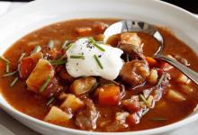 布达佩斯美食图片-土豆牛肉汤
