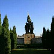 面在这里死去的解放军战士的墓园,可以去祭拜一下!