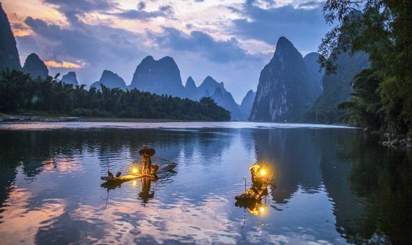"<p class=""inset-p"">小学语文课本有篇""桂林山水甲天下""指的就是游漓江。漓江的两岸山峰伟岸挺拔,形态万千,是桂林风光的精华。它全程最具代表性的景观有九马画山和黄布倒影,新版人民币20元背面,就是指的黄布倒影的景观。</p><p class=""inset-p"">一般游漓江的主要方式有坐船、竹筏及徒步,其中坐船又有分漓江精华游(桂林-阳朔)、阳朔水上游、市区水上游(桂林市区),具体船票价位等可查看以下官网链接:<a  data-cke-saved-href=""http://www.liriver.com.cn/hangxian.asp?ename=sq#ClassNames"" href=""http://www.liriver.com.cn/hangxian.asp?ename=sq#ClassNames"" class=""inset-p-link"">http://www.liriver.com.cn/hangxian.asp?ename=sq#ClassNames</a></p><p class=""inset-p""><strong><br /></strong></p><p class=""inset-p""><strong>漓江精华游(桂林-阳朔)</strong><br />从桂林至阳朔的漓江河段,称漓江精华游,为游览漓江最常规的方式。游览时长4.5小时左右,沿途景点有:<a  data-cke-saved-href=""http://you.ctrip.com/sight/28/6030.html"" href=""http://you.ctrip.com/sight/28/6030.html"" class=""inset-p-link"">冠岩</a>、童子拜观音、九马画山、黄布倒影等。此线路有大船和竹筏可以选择,但在暴雨或涨水期间,竹筏停止运营。<br /><br /><strong>阳朔水上游</strong><br />从阳朔县城水东门码头起航至普益往返,途径福利镇,沿途观赏阳朔下游风光,游览总时长3小时左右。 沿途景点有:<a  data-cke-saved-href=""http://you.ctrip.com/sight/702/22085.html"" href=""http://you.ctrip.com/sight/702/22085.html"" class=""inset-p-link"">碧莲峰</a>、<a  data-cke-saved-href=""http://you.ctrip.com/sight/702/50095.html"" href=""http://you.ctrip.com/sight/702/50095.html"" class=""inset-p-link"">秀才看榜</a>、<a  data-cke-saved-href=""http://you.ctrip.com/sight/702/22082.html"" href=""http://you.ctrip.com/sight/702/22082.html"" class=""inset-p-link"">书童山</a>等。<br /><br /><strong>桂林市区水上游</strong><br />从龙船坪起航至上游木龙洞码头往返,沿途观赏市区两岸风光,游览时长1小时左右。沿途景点有:斗鸡山、塔山、<a  data-cke-saved-href=""http://you.ctrip.com/sight/28/50457.html"" href=""http://you.ctrip.com/sight/28/50457.html"" class=""inset-p-link"">穿山</a>、<a  data-cke-saved-href=""http://you.ctrip.com/sight/28/2881.html"" href=""http://you.ctrip.com/sight/28/2881.html"" class=""inset-p-link"">象鼻山</a>、<a  data-cke-saved-href=""http://you.ctrip.com/sight/28/2883.html"" href=""http://you.ctrip.com/sight/28/2883.html"" class=""inset-p-link"">伏波山</a>等。<br /><br /><strong>竹筏漂流</strong><br />说是漂流,实际是平缓的,非刺激的那种竹筏,一般是杨堤到兴坪段往返,可以看到漓江最主要的景观九马画山和黄布倒影,游览时间一般为2.5小时。</p><p class=""inset-p""><br /></p><p class=""inset-p"