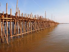 Bamboo_bridge_(Kompong_Cham,_Cambodia_2011)4-磅湛-兔子在路上奔跑