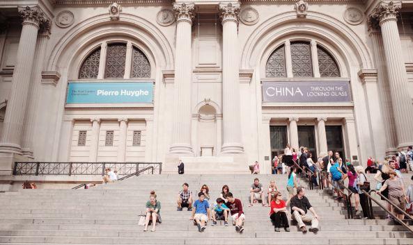 """<p class=""""inset-p"""">大都会艺术博物馆建于1870年,位于环境优美的中央公园旁,与大英博物馆、卢浮宫并称世界三大博物馆。博物馆共四层,馆藏多达330万件,涵盖埃及、希腊、罗马、欧洲、亚洲等地的各类珍贵文物和艺术品,值得你花上一整天的时间细细参观品味。</p><p class=""""inset-p""""><strong>埃及展厅</strong></p><p class=""""inset-p"""">位于一楼,这里最大的看点就是从埃及整体迁移过来的顿都神庙(The Temple of Dendur)。</p><p class=""""inset-p""""><strong>雷曼收藏馆</strong></p><p class=""""inset-p"""">位于一楼,是独立的圆形展馆,这里收藏了14-20世纪欧洲的绘画和各类装饰品,十分精美。</p><p class=""""inset-p""""><strong>中国展厅</strong></p><p class=""""inset-p"""">位于二楼,除了各时期的瓷器外,一比一仿造的苏州园林让人宛如置身苏州。</p><p class=""""inset-p""""><strong>欧洲绘画展厅</strong></p><p class=""""inset-p"""">位于二楼,最受欢迎的莫过于莫奈和梵高的真迹,在拍照留念之后不妨坐下来静静欣赏大师们的杰作。</p>"""