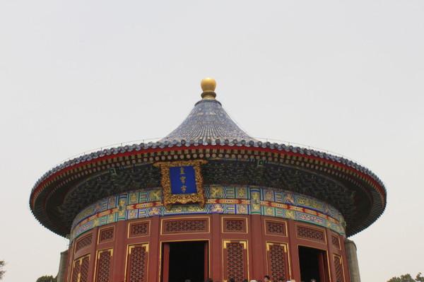 墙壁是用磨砖对缝砌成的,墙头覆着蓝色琉璃瓦,围墙的弧度十分规则图片