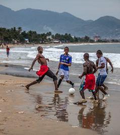 塞拉利昂游记图文-男人关心足球,女人关心发型