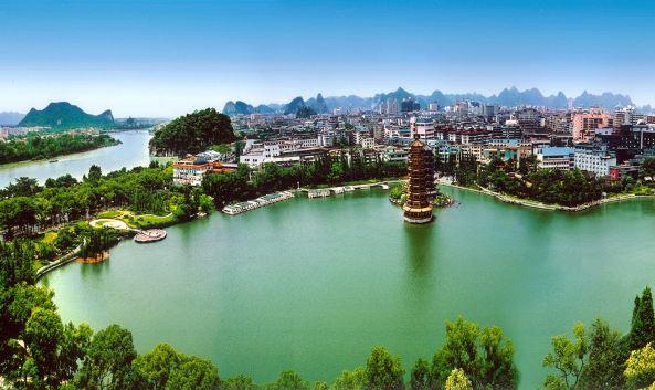 """<p class=""""inset-p"""">两江四湖包括了桂林市中心区的漓江、桃花江以及杉湖、榕湖、桂湖、木龙湖,是桂林城市中心最优美的环城风景带,也是桂林的风景名片。坐游船是游览两江四湖的主要方式,尤其是晚上坐船,可以从多角度欣赏桂林夜景。</p><p class=""""inset-p"""">乘船不仅可游览三大各具特色的主景区,即中国古典式园林——榕杉湖景区、生态园林——桂湖景区、宋历史文化园——木龙湖景区,而且在船上,可观赏到漓江两岸的象山(桂林地标)、伏波山、叠彩山、尧山、宝积山、老人山等十多座传统名山,还可以看到桃花江畔的舍利塔、虹桥坝、朱紫牌坊、独脚亭等名胜古迹。</p><p class=""""inset-p"""">其中夜游两江四湖更是较为推崇的方式,五彩缤纷的灯光印着河水,让人感到梦幻绝伦,还可以看到精彩的表演,表演的内容可参考景区官网。</p>"""